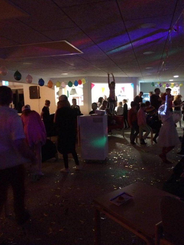 Glimmer, balloner, fest, farver og musik.